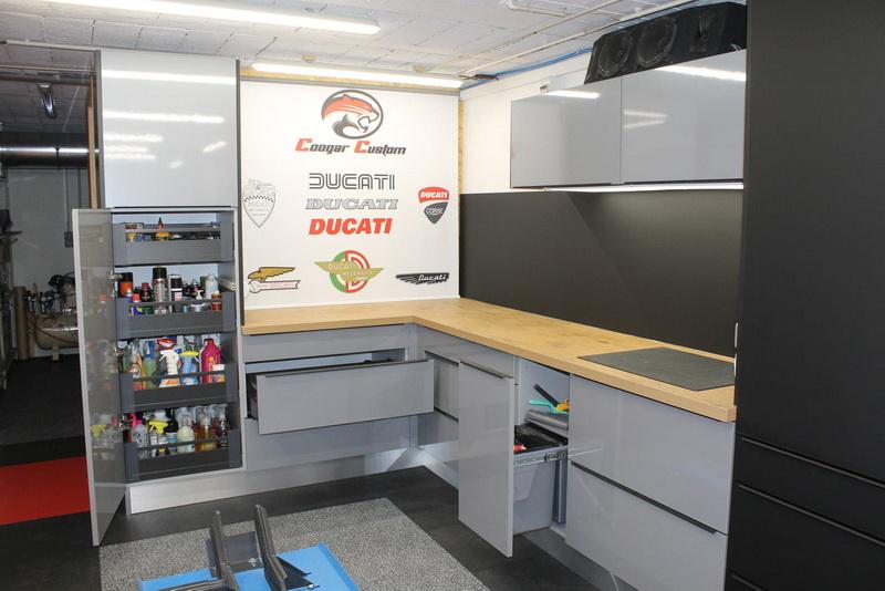 des meubles de cuisine installés sur mesure par les Cuisinologues pour le rangement d'un amtateur de mécanique moto