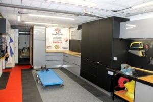 meubles de rangements et crédence de cuisine détournés pour atelier mécanique posés sur mesure par les Cuisinologues