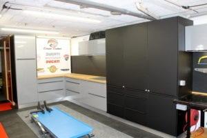 placards de rangement pour un atelier de mécanique. meubles de cuisines détournés. pose sur mesure par les cuisinologues