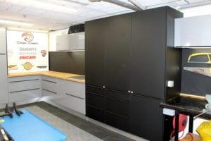 meubles de cuisine détournés pour un atelier mécanique, posé sur mesure par les Cuisinologues