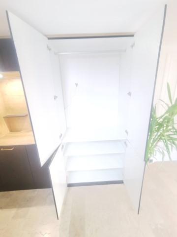 les cuisinologues:creation et installation d'un placard penderie dans l'entrée d'un maison ancienne