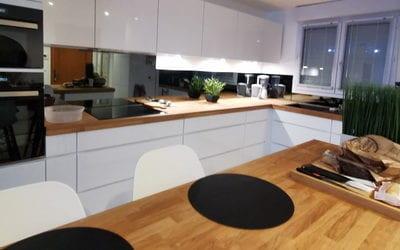 Pose d'une cuisine grande et élégante par les Cuisinologues