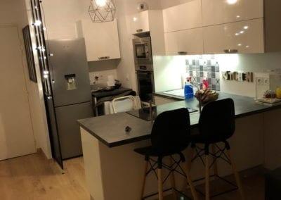 Les cuisinologues ont effectué les modifications dans un e cuisine pour l'ouvrir sur la pièce à vivre.